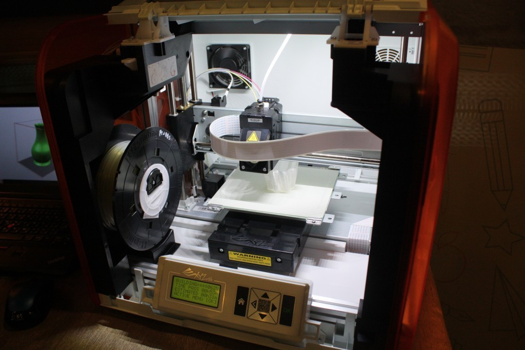 「da Vinci Jr. 1.0」正在列印物品的樣子。