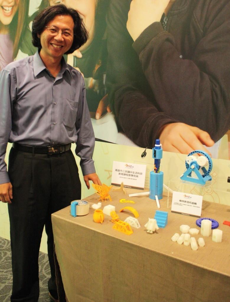 陳志嘉與學生作品合影。他說,3D列印教具的材料費一個才十幾元到幾十元,成本大幅降低而教育效能提升許多,特別是幫助孩子了解空間感與比例尺。