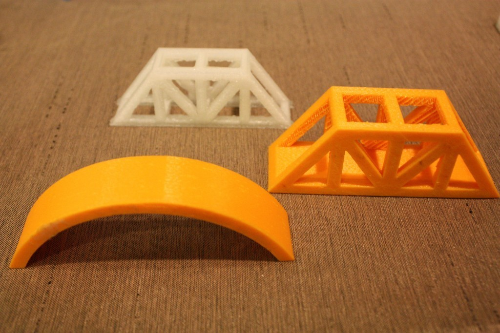 中山國中學生3D列印不同結構的橋梁。