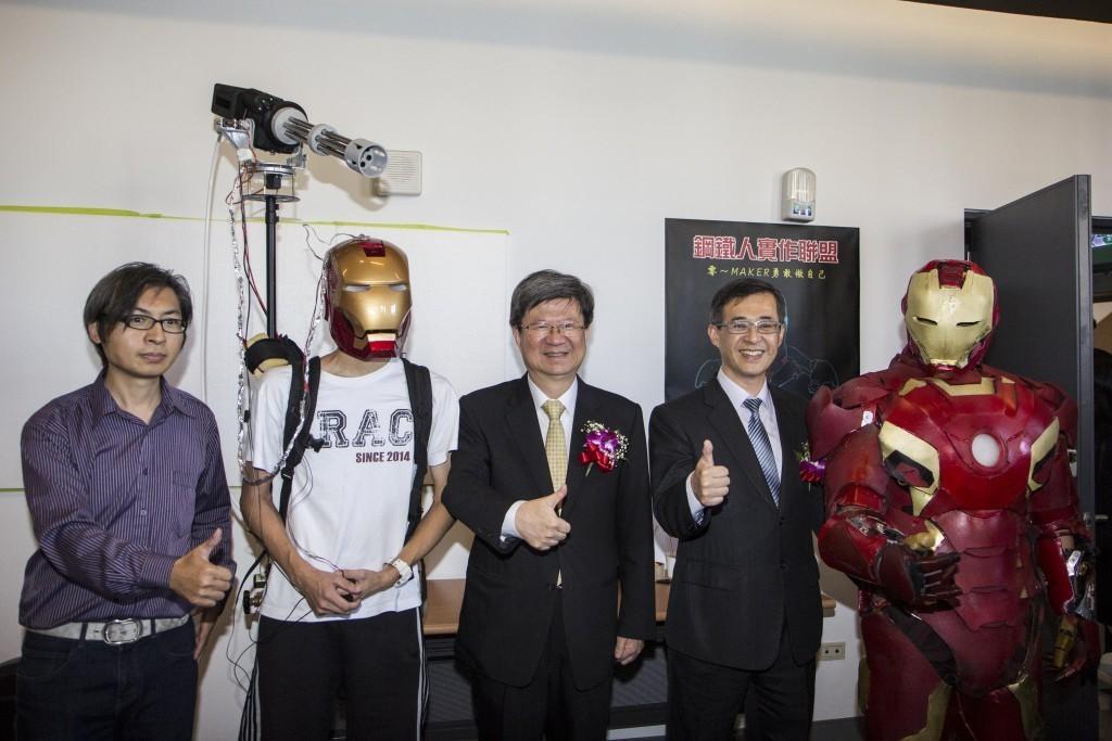 圖三:教育部部長吳思華(圖中者)、臺北科大校長姚立德(右2)、鋼鐵人自造團隊召集人蔡政和(左1)、穿戴智慧型頭盔之鋼鐵人(右1)與智慧頭盔(左1)合影