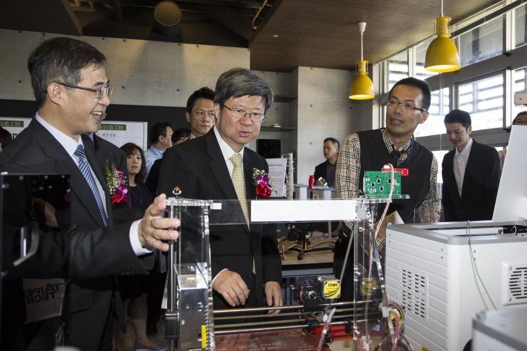 圖六:教育部部長吳思華(圖中者)、臺北科大校長姚立德(左1)與臺北科大產學長李達生教授(右1)參觀臺北科大機械系陸元平教授團隊所研發之高精度3D列印成型機
