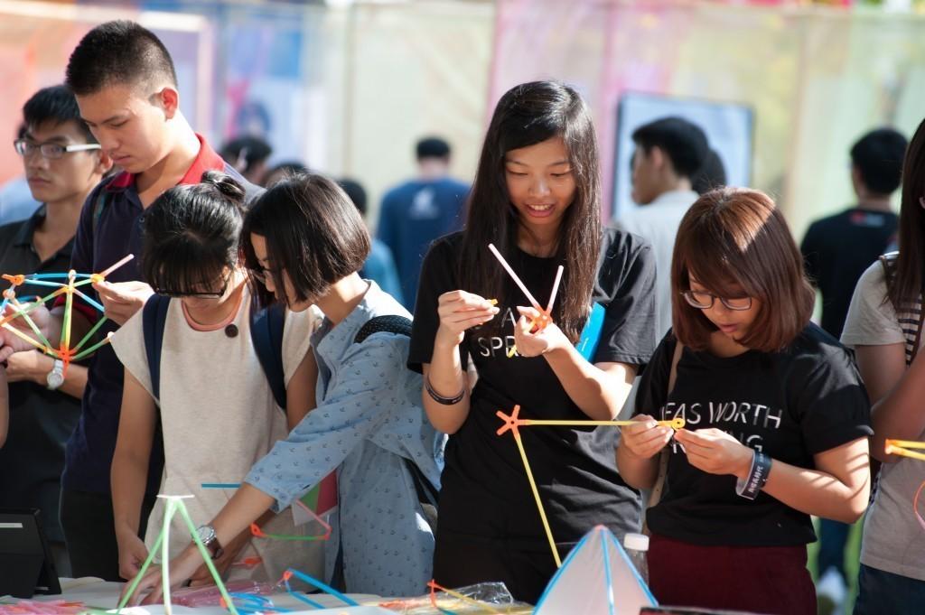 參與者體驗吸管教具,玩得不亦樂乎 (圖片來源:TEDxTainan 攝影部)