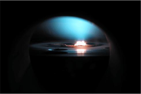 這種 合成鑽石 以天然鑽石為種子,在華氏 8000 度的反應爐逐層構築鑽石原子。圖片來源: Diamond Foundry 官網截圖