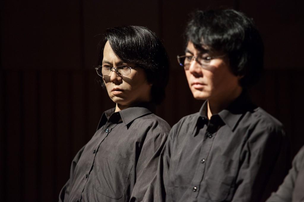 石黑浩教授(左)與 Geminoid(右)(photo via PROArs Electronica@flickr, CC License)
