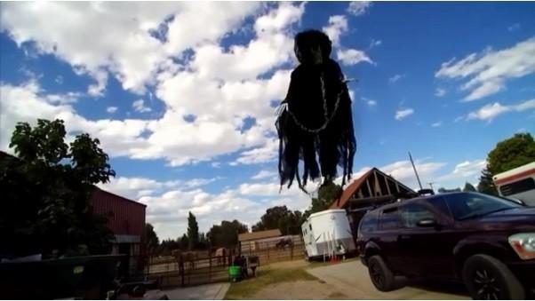 萬聖節前後有許多「死神」出沒。截圖來源:Scary Flying Ghost Halloween Prank!