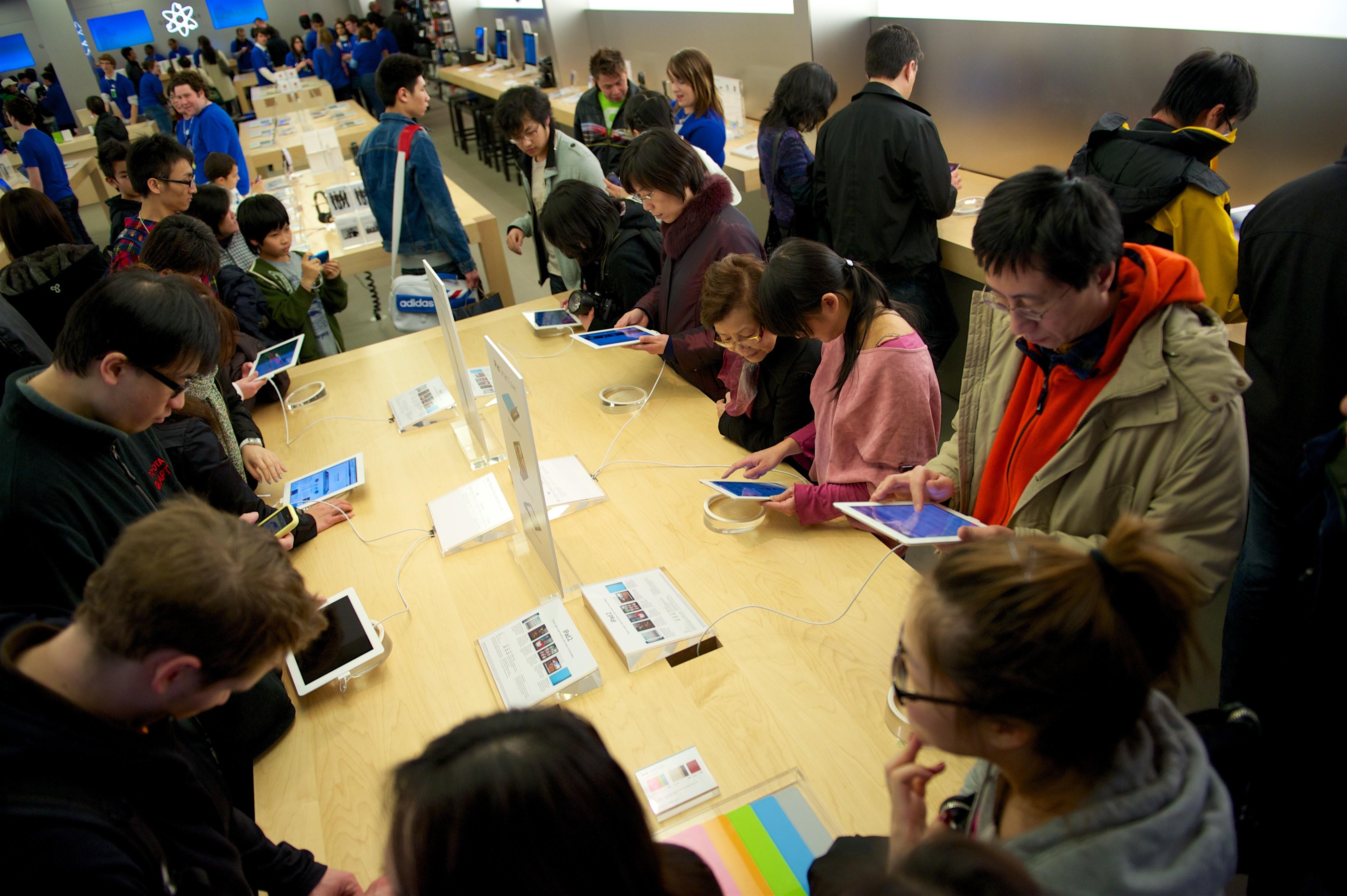 Apple Store 的展示桌總是聚集了試玩的人潮(照片片提供:Michael)