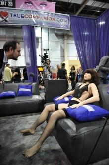 性愛機器人 Roxxxy 推出後,引發許多道德爭論。 photo via Robyn Beck/AFP/Getty Images