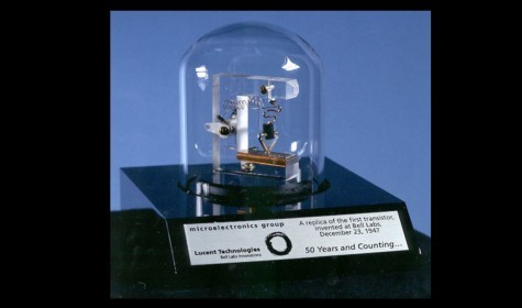 封面圖片來源:在貝爾實驗室發明的第一個電晶體之複製品(photo via  Ragesoss@wikimedia, CC License)