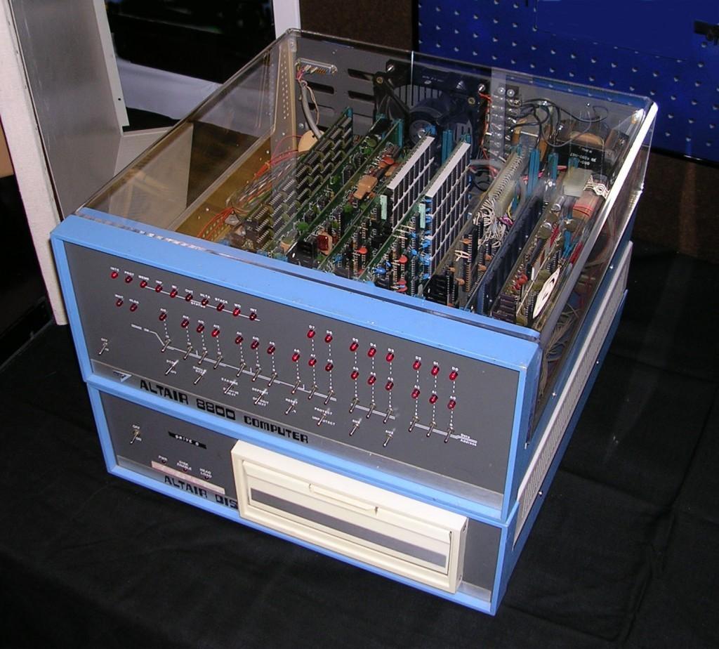 Altair 8800 電腦。因其廣泛的性能擴充可能性而廣受玩家們歡迎。 圖片來源:Wikipedia