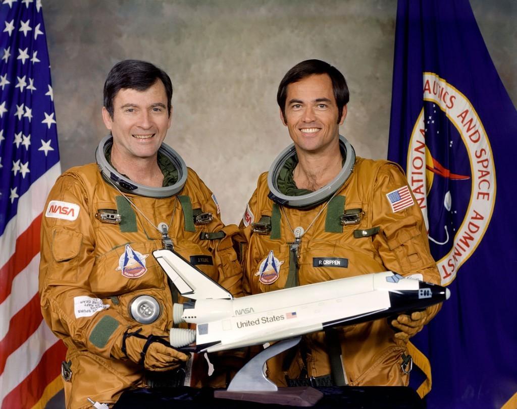 哥倫比亞號首次任務之船員合影,Young (左)與 Crippen。 圖片來源: Wikipedia
