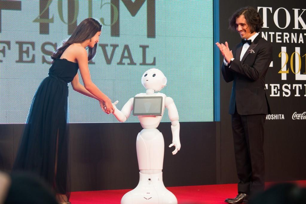Pepper 是一款由軟銀與 Aldebaran Robotics 合力開發、鴻海代工的人型機器人(Photo via Dick Thomas Johnson@flickr, CC License)