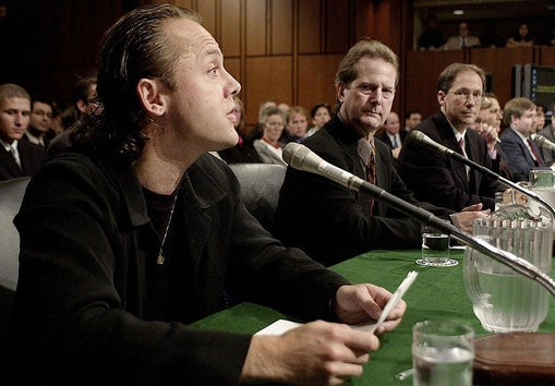 Metallica 鼓手在與 Napster 的訴訟法庭上發言。 圖片來源: This Day in Tech History