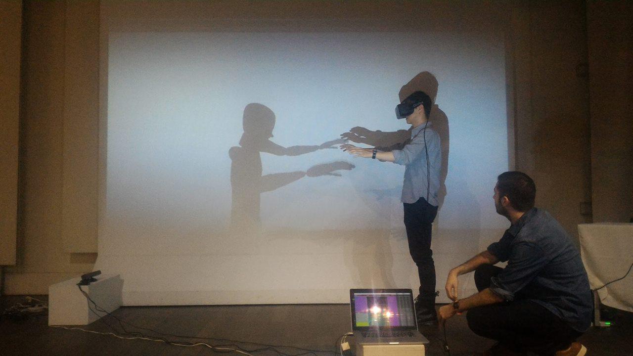 《手語詩吟唱:無聲的發言》戴上 VR 裝置後,和虛擬角色的互動轉變(圖片來源:百工裡的人類學家)