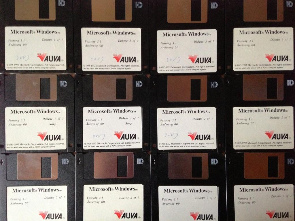 Windows 3.1 的 3.5 吋軟碟安裝片。一套系統安裝片共需 7 片軟碟儲存。 圖片來源:Mattle Japp @ Flickr, CC licensed.