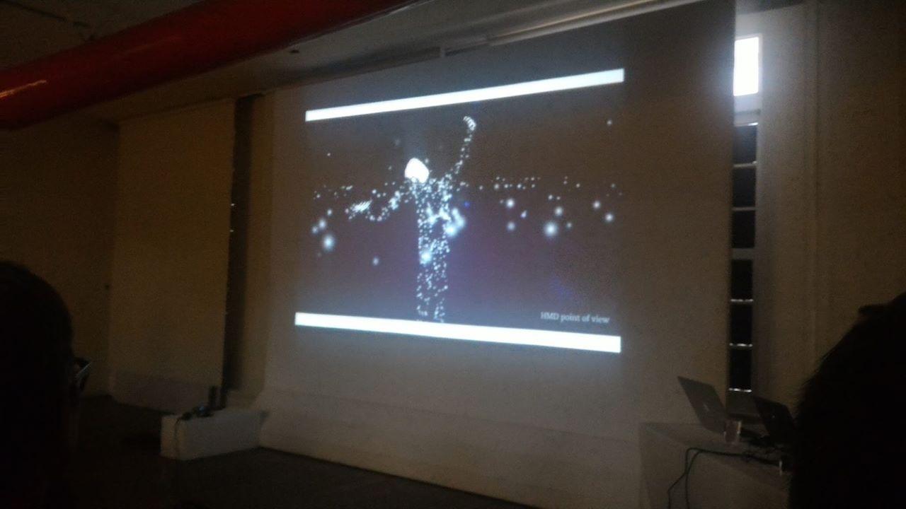 《手語詩吟唱:無聲的發言》參與者戴上 VR 裝置後看到的影像(圖片來源:百工裡的人類學家)