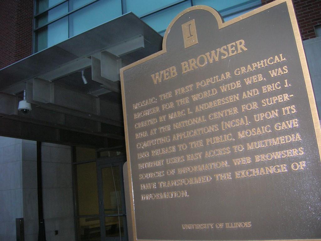 位在 NCSA 門口的 Mosaic 紀念碑,碑上簡述了 Mosaic 的設計史及造成的影響。 圖片來源:Andresmh@Flickr, CC Licensed.