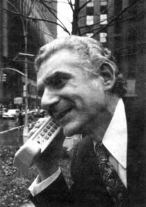 Cooper 在紐約第六大道上,撥出第一通行動電話。圖片來源:thisdayintechhistory.com