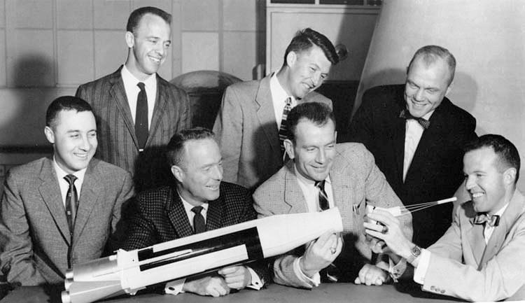 1962 年的「水星 7 人組」:(左至右)Grissom、 Shepard、 Carpenter、 Schirra、 Slayton、 Glenn 和 Cooper。圖片來源:Wikipedia