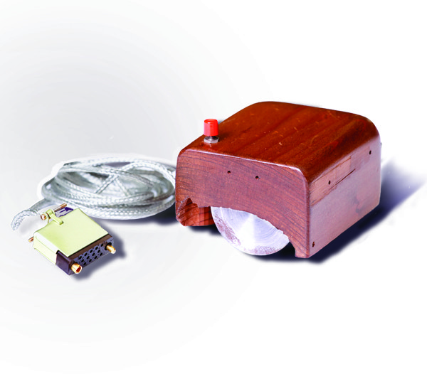 Englebart 博士所設計出的第一款滑鼠。 圖片來源:Wikipedia