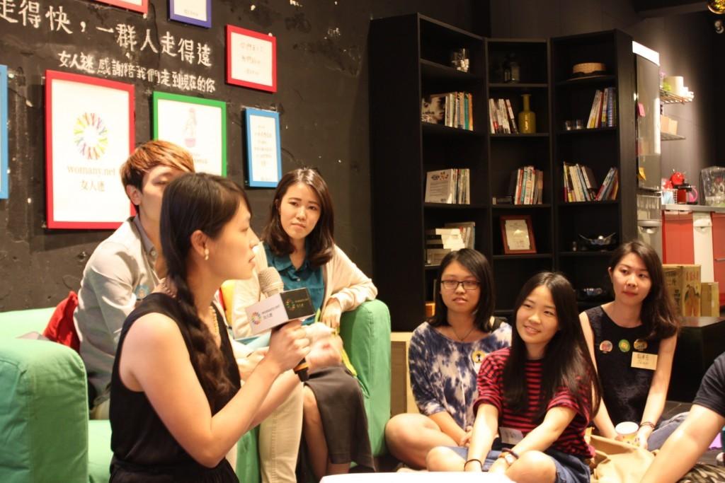 女人迷共同創辦人 CEO 張瑋軒和大家分享性別駭客松,圖片來源:女人迷。