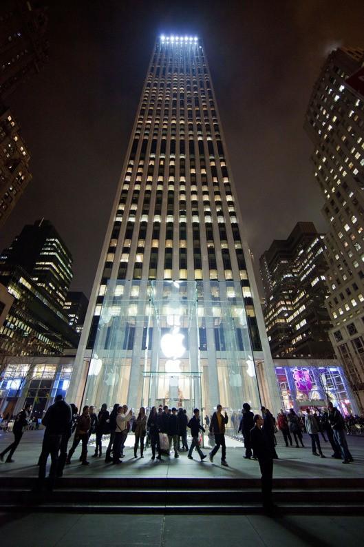 Apple 立方店和其後方雄偉的 GE 大樓。 圖片來源:Getty Images