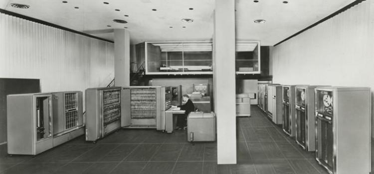 05/07 - 第一台能唱歌、下棋,還會算牌的電腦 IBM 704 問世