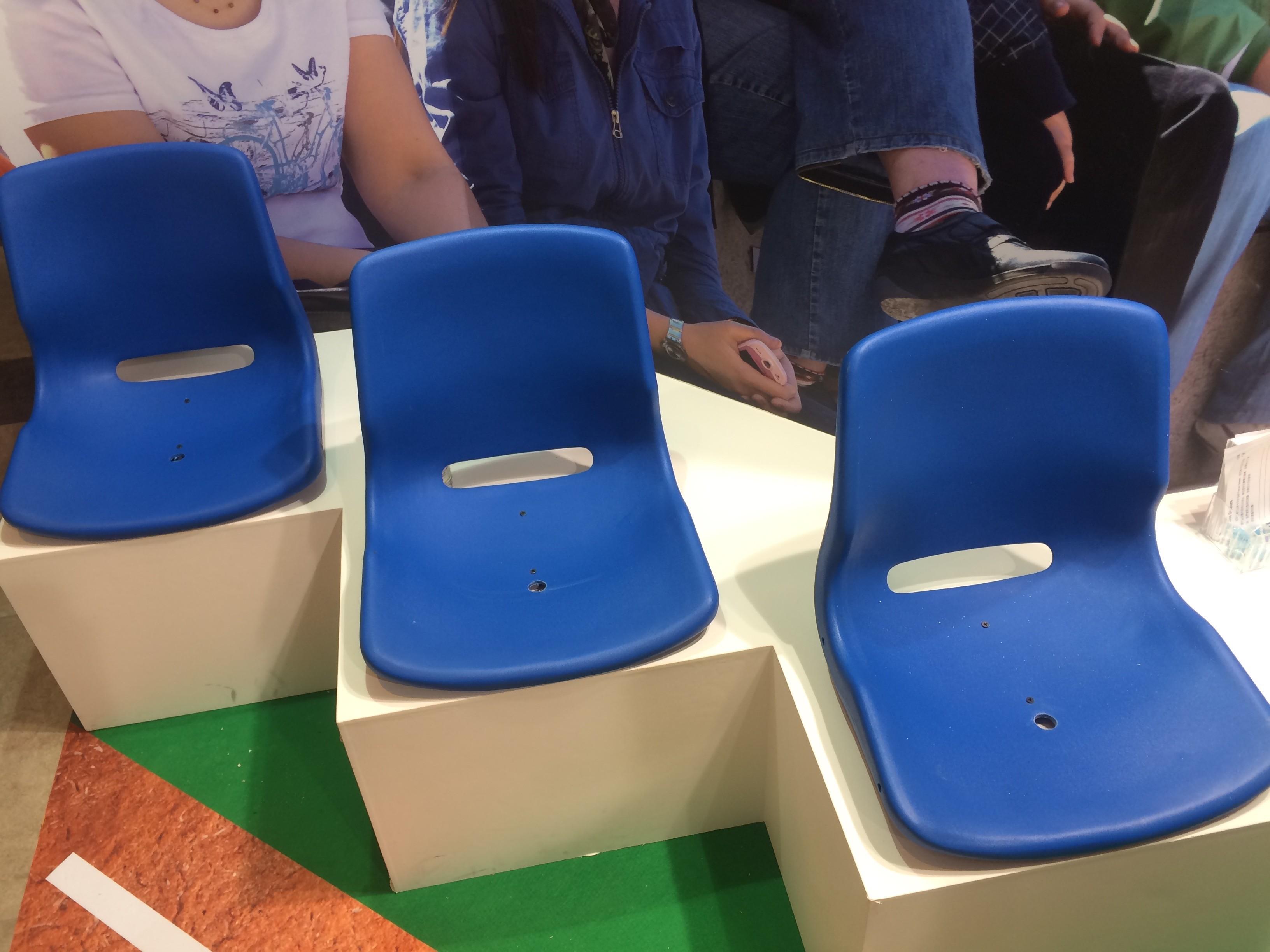 這是展示用的聯網座椅,中間的小洞裡就埋著光感測器。