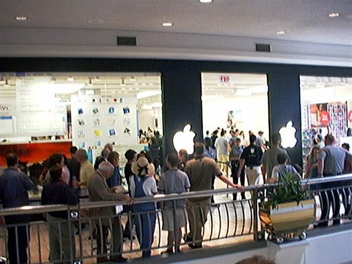 Apple Store 於泰森斯角中心的開幕人潮,圖片來源:Wikipedia。