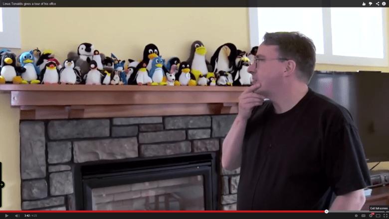 Linus Torvalds 以及他辦公室內滿滿的企鵝娃娃。 圖片來源:Youtube
