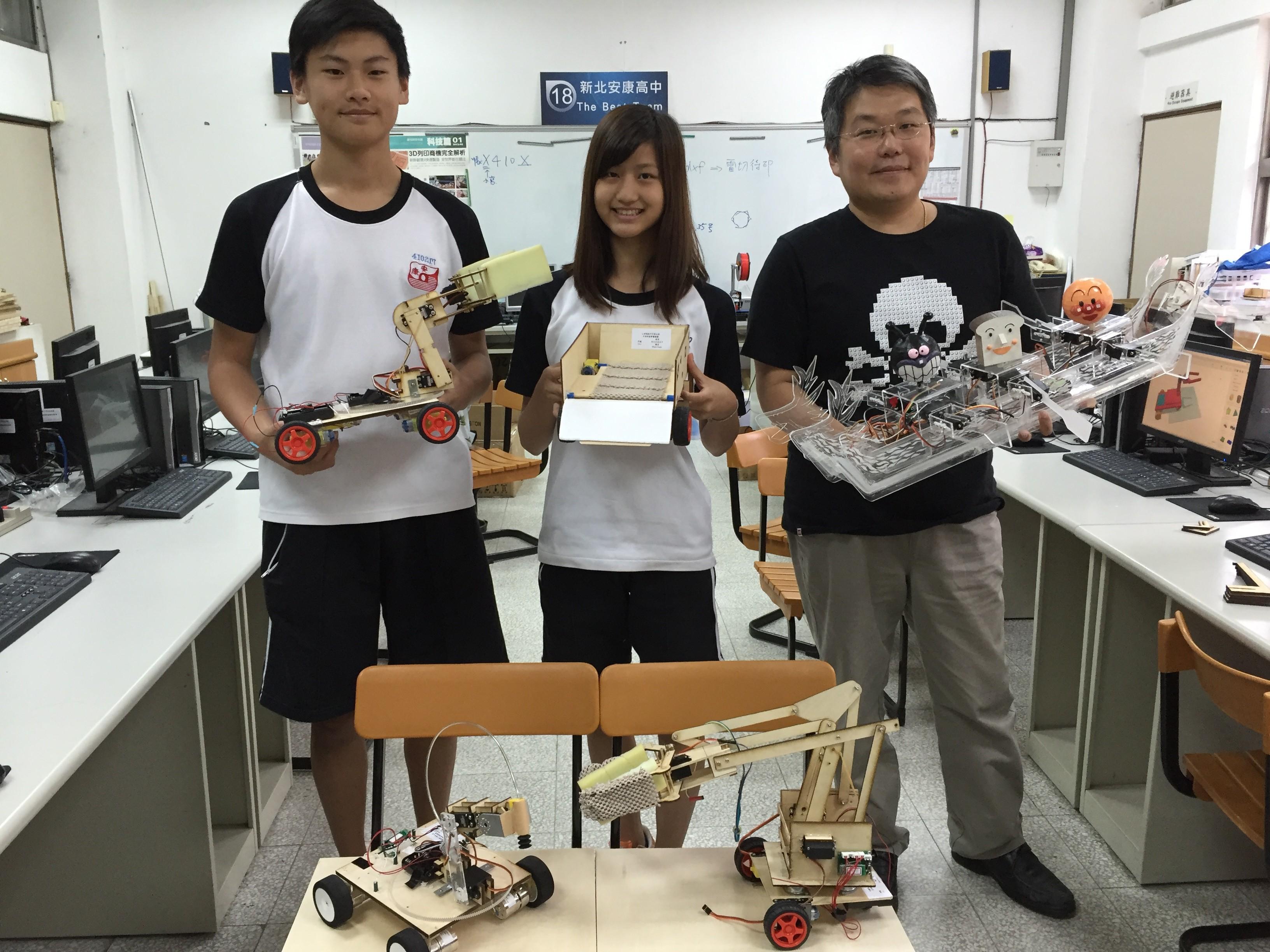 左起為安康高中獲得第 9 屆全國高中生活科技競賽第一名、佳作及最佳團隊創客群邱翌淳、賴沛瑜、老師蘇鼎欽