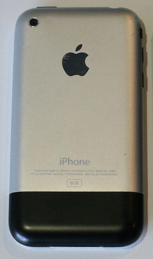 初代 iPhone 的背面,可以看到底部有段塑料結構。 圖片來源:Wikipedia