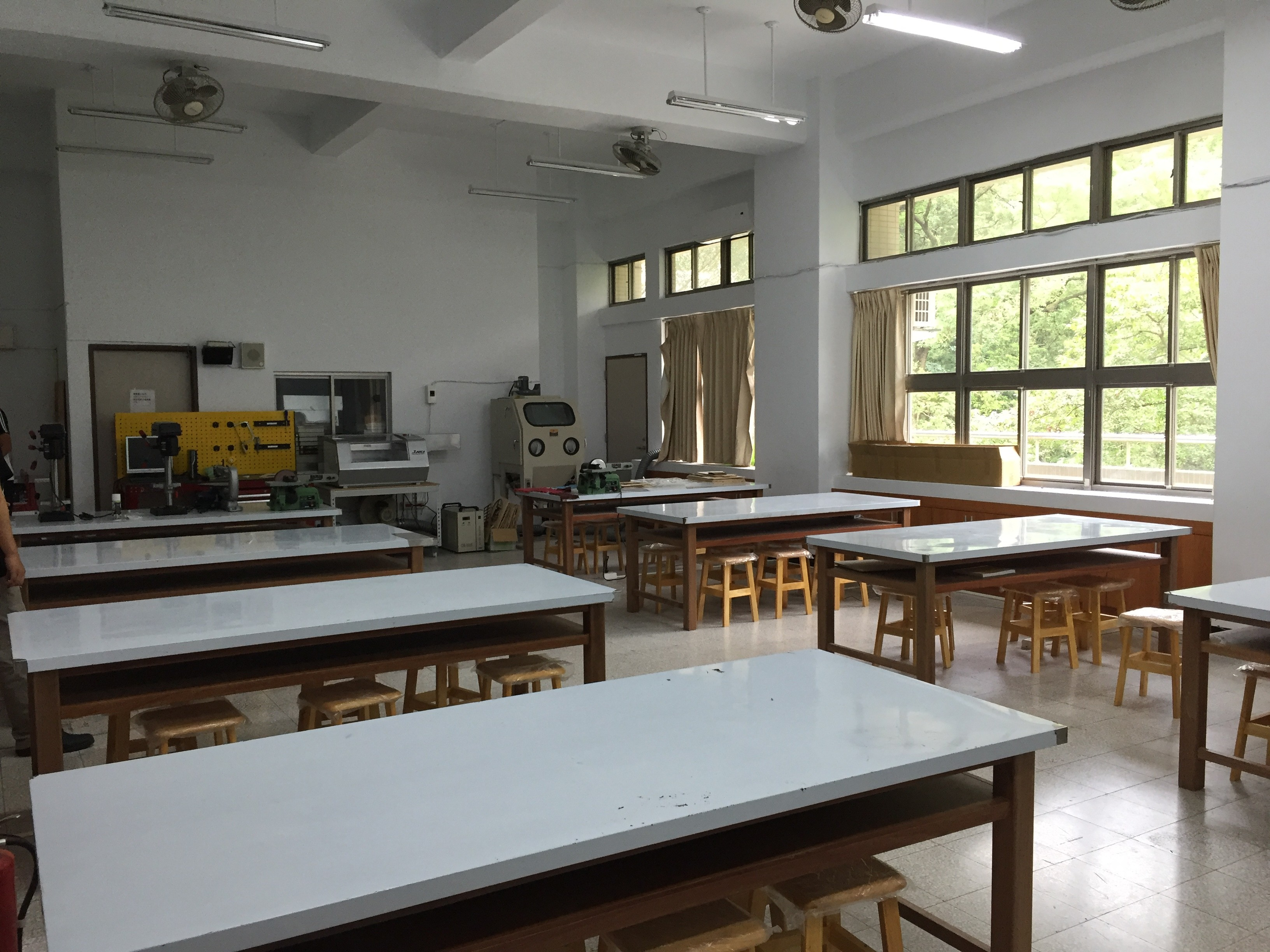 安康高中現有的生活科技教室後方擺放了各種課程用機具