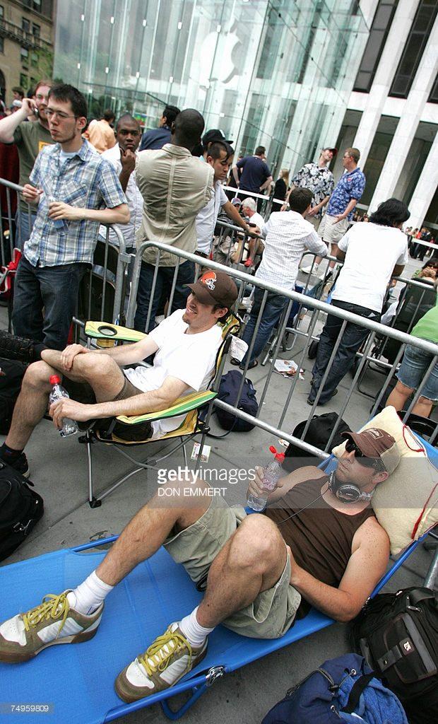 開賣當天,在蘋果紐約旗艦店外排隊的民眾。 圖片來源:Getty Images