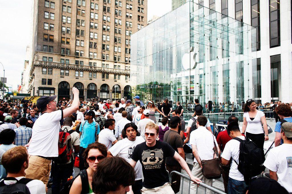 開賣當天,聚集在蘋果紐約旗艦店外的人潮。 圖片來源: Getty Images
