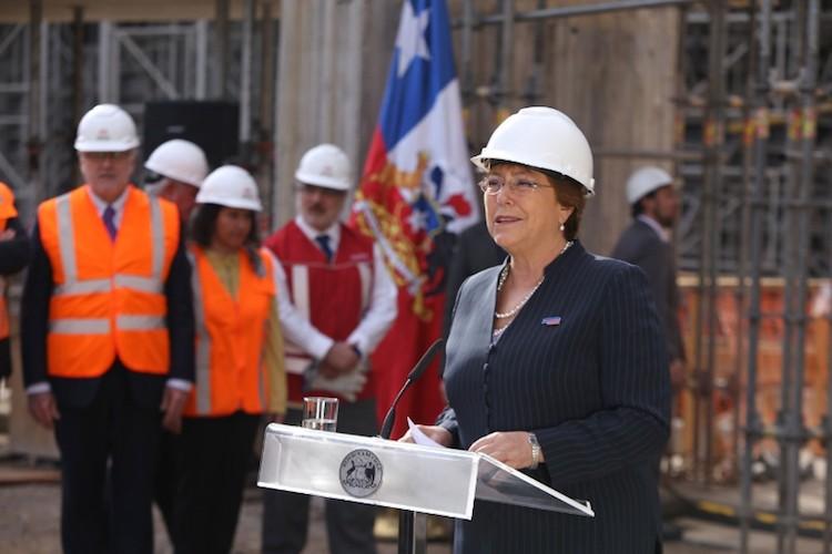 智利總統 Michelle Bachelet 宣布 de Santiago 地鐵將成為全球第一個主要靠再生能源營運的地鐵。圖片來源:SunPower Corp