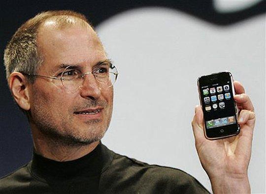 賈伯斯和初代 iPhone。圖片來源:Odd Loves Company
