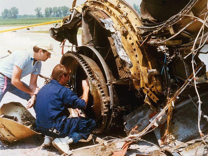 檢查引擎的殘骸。圖片來源:Ed Porter / AP