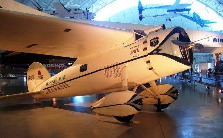 波斯特兩次環繞世界時所駕駛的飛機「維尼梅」。線展示於史密松尼航天博物館。 圖片來源:Wikipedia