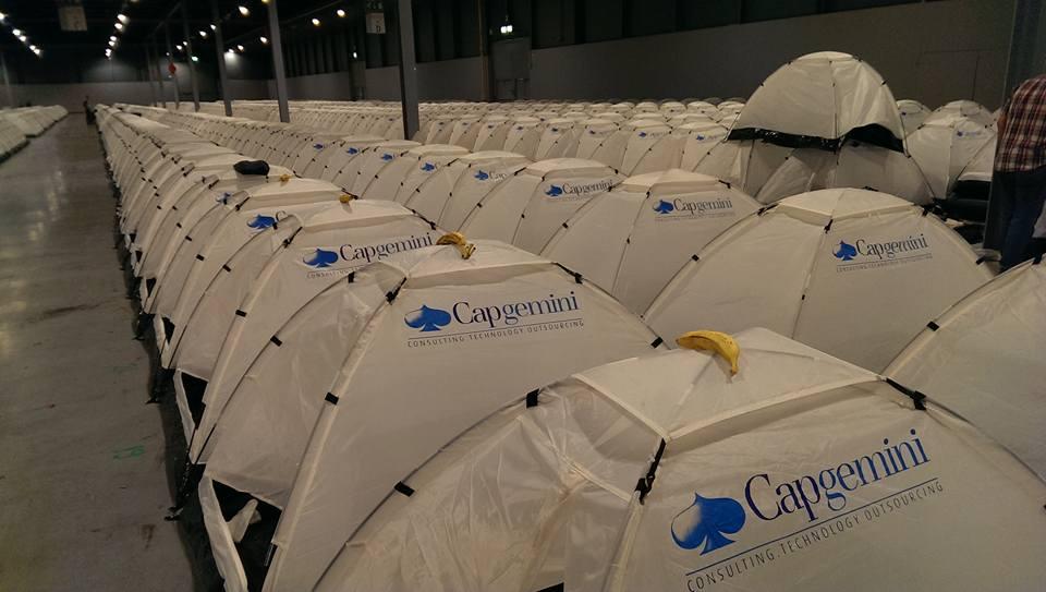 Camping 區的帳篷可讓參與者帶回家。為什麼有香蕉?「我們用來卡位的啦!」自造者協會笑稱。(照片來源:姚舒嚴)