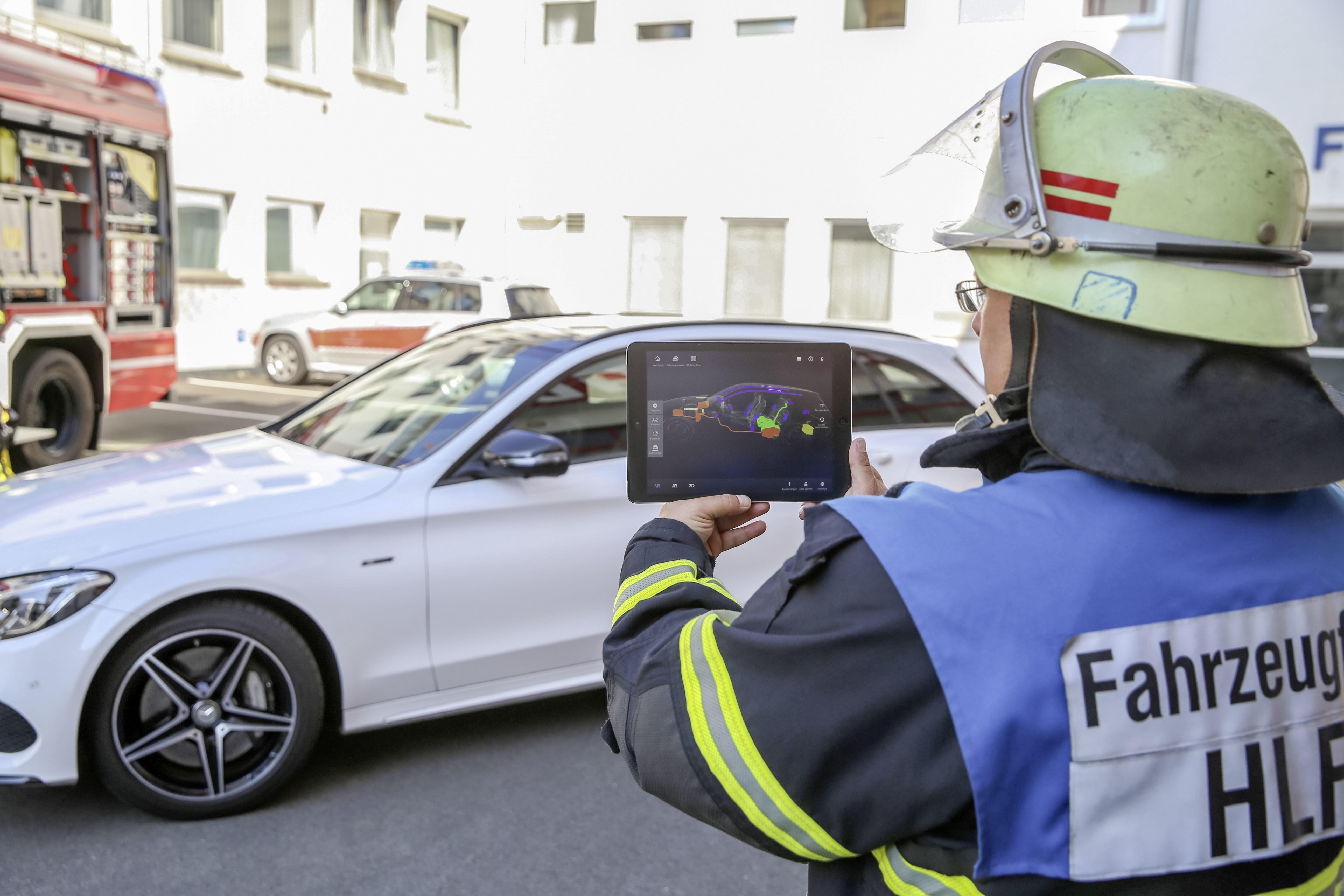 Mercedes-Benz 的救援輔助 App 增加了 AR 功能 。圖片來源:Daimler