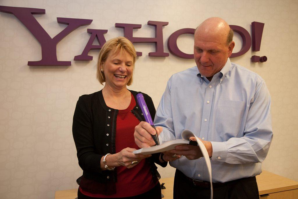 Yahoo 執行長巴爾茲(Carol Bartz,左)與 Microsoft 執行長鮑莫爾(Steve Ballmer,右)正在簽屬合作案。 圖片來源: Yahoo @Flickr , CC Licensed.