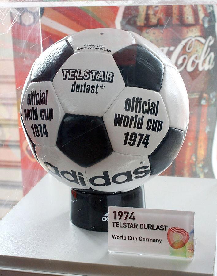 這個黑白五邊形相間的足球款式,最早出現於 1970 年的世界盃。但此圖為 1974 年用球。 圖片來源:Wikipedia