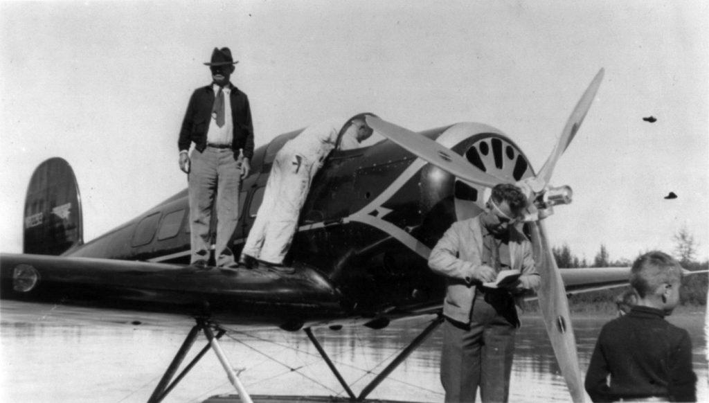 波斯特與小說家羅傑斯,拍攝於他們 1935 年的跨北極飛行之前。 圖片來源:Wikipedia