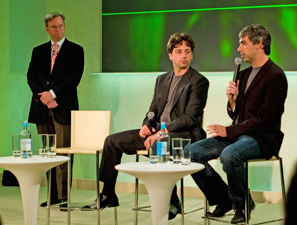 綽號「三頭馬車」的三位 Google 重要領導階層。左:在 2001 - 2011 擔任 Google CEO 長達十年的埃里克史密特(Eric Schmidt),中:布林,右:Google 另一位共同創辦人佩吉。 圖片來源:Wikipedia