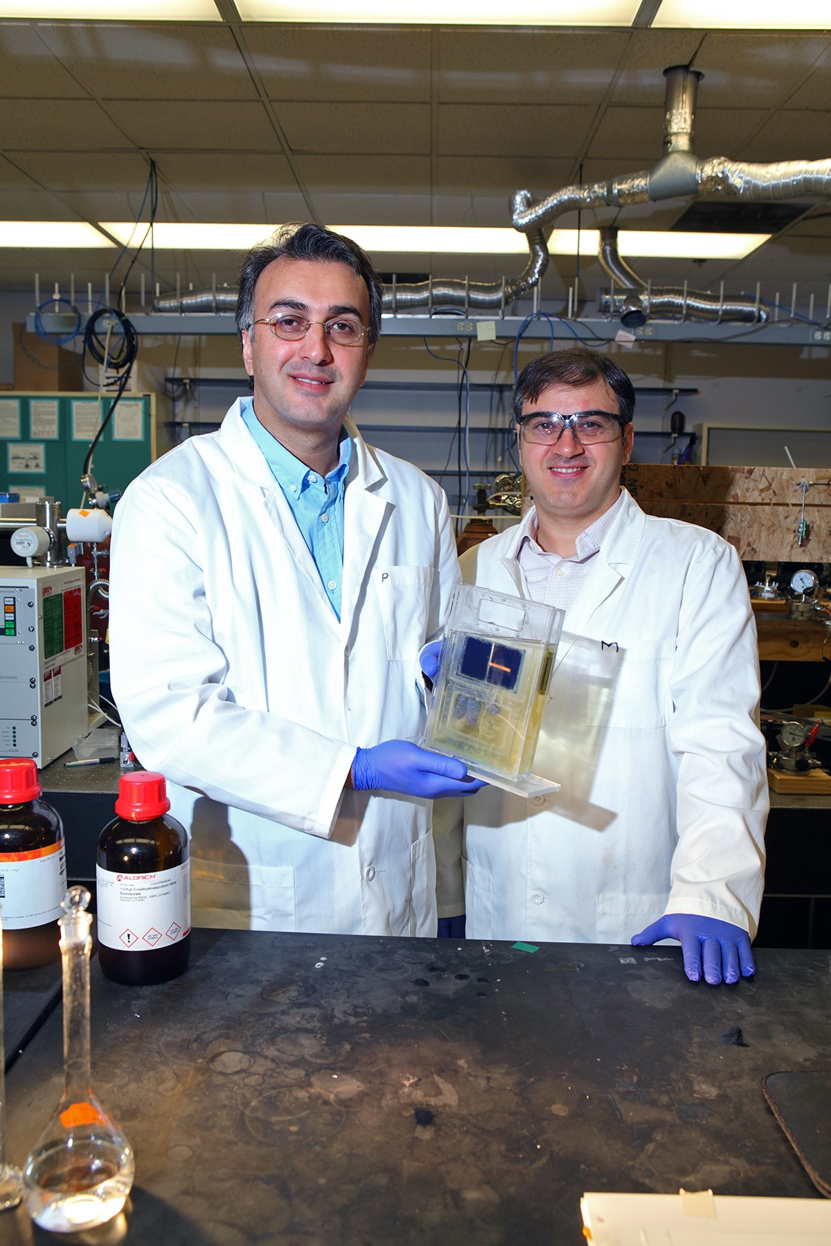 UIC 助教 Amin Salehi-Khojin (左)和博士後研究員 Mohammad Asadi 與他們的新創太陽能電池合影。圖片來源:University of Illinois