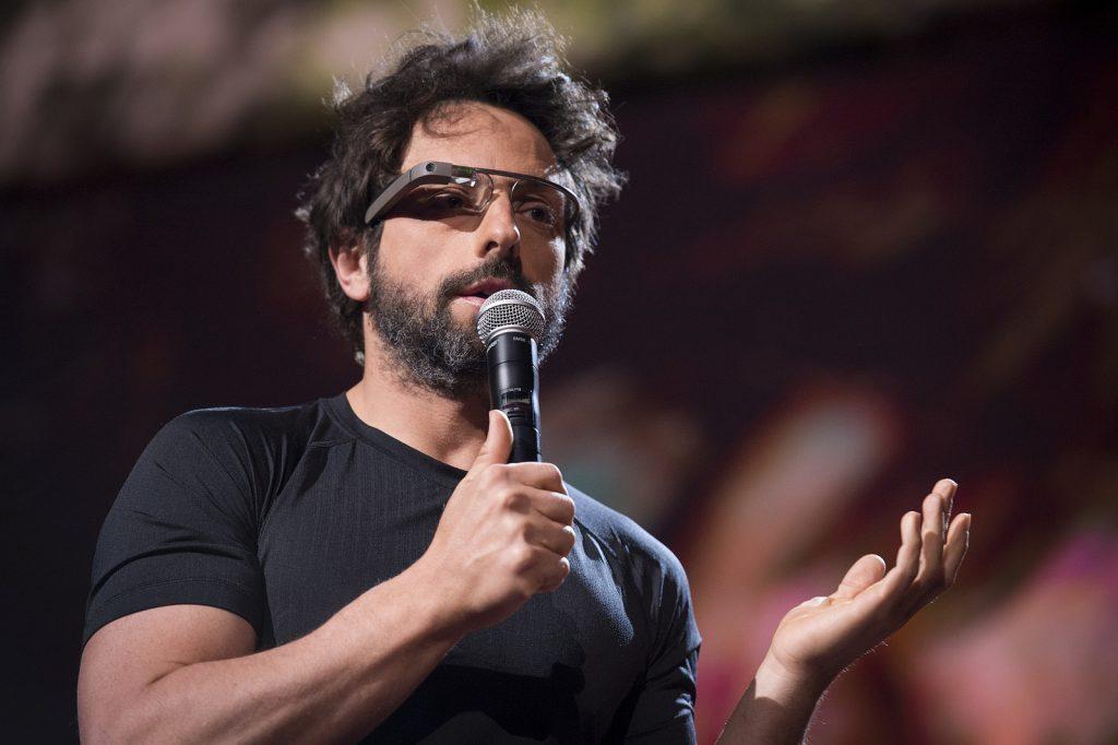 配戴著自家產品「Google 眼鏡」的布林,2013。 圖片來源: TED Conference @Flickr, CC Licensed.
