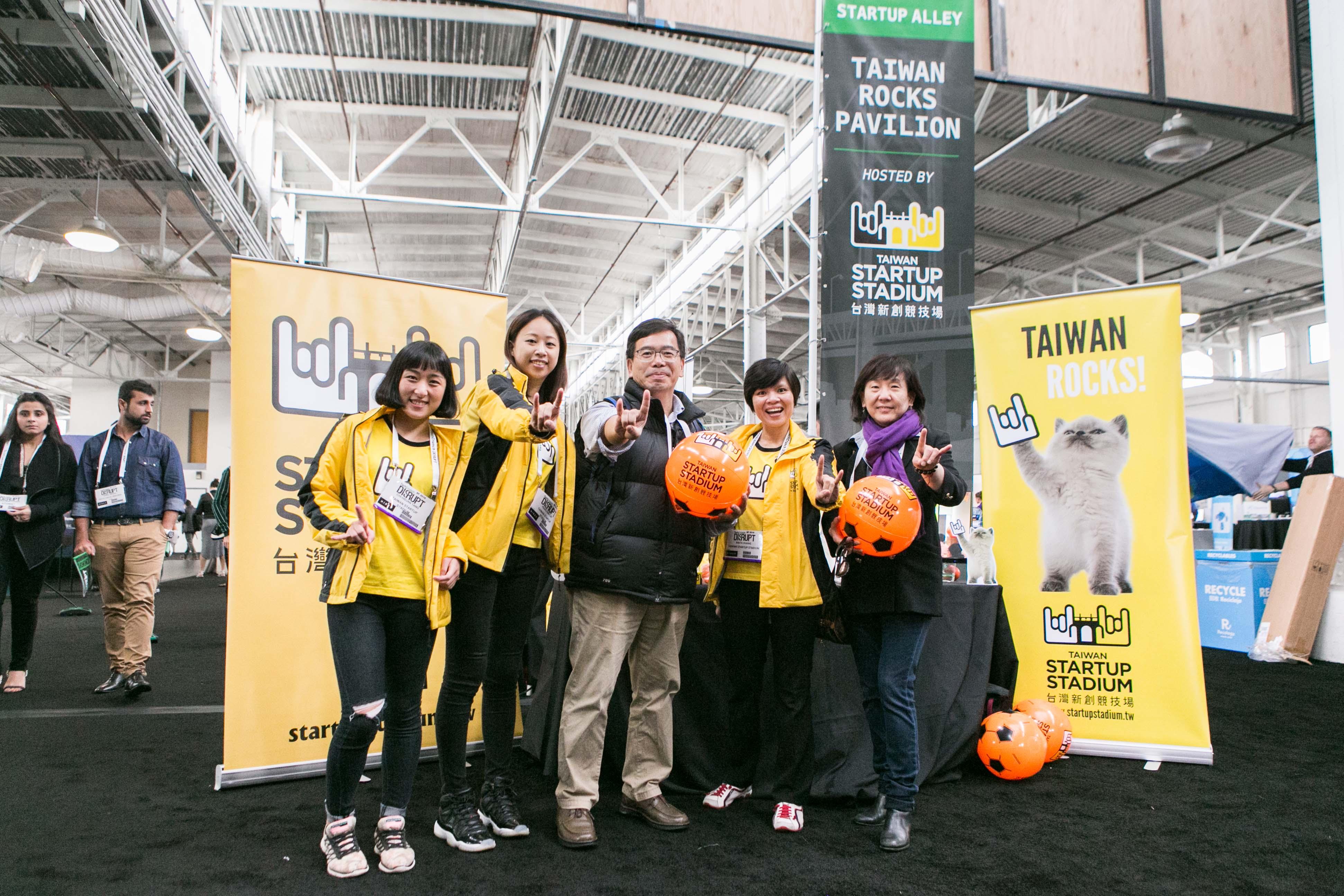 駐舊金山科技組葉至誠組長(中),於八月調任至北美科技組,並於參展期間蒞臨#TaiwanRocks國家品牌展區為團隊打氣