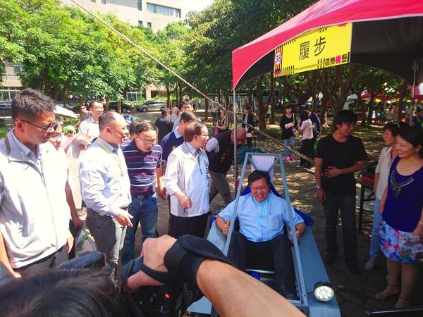 市長試乘「履帶」團隊的自造車。