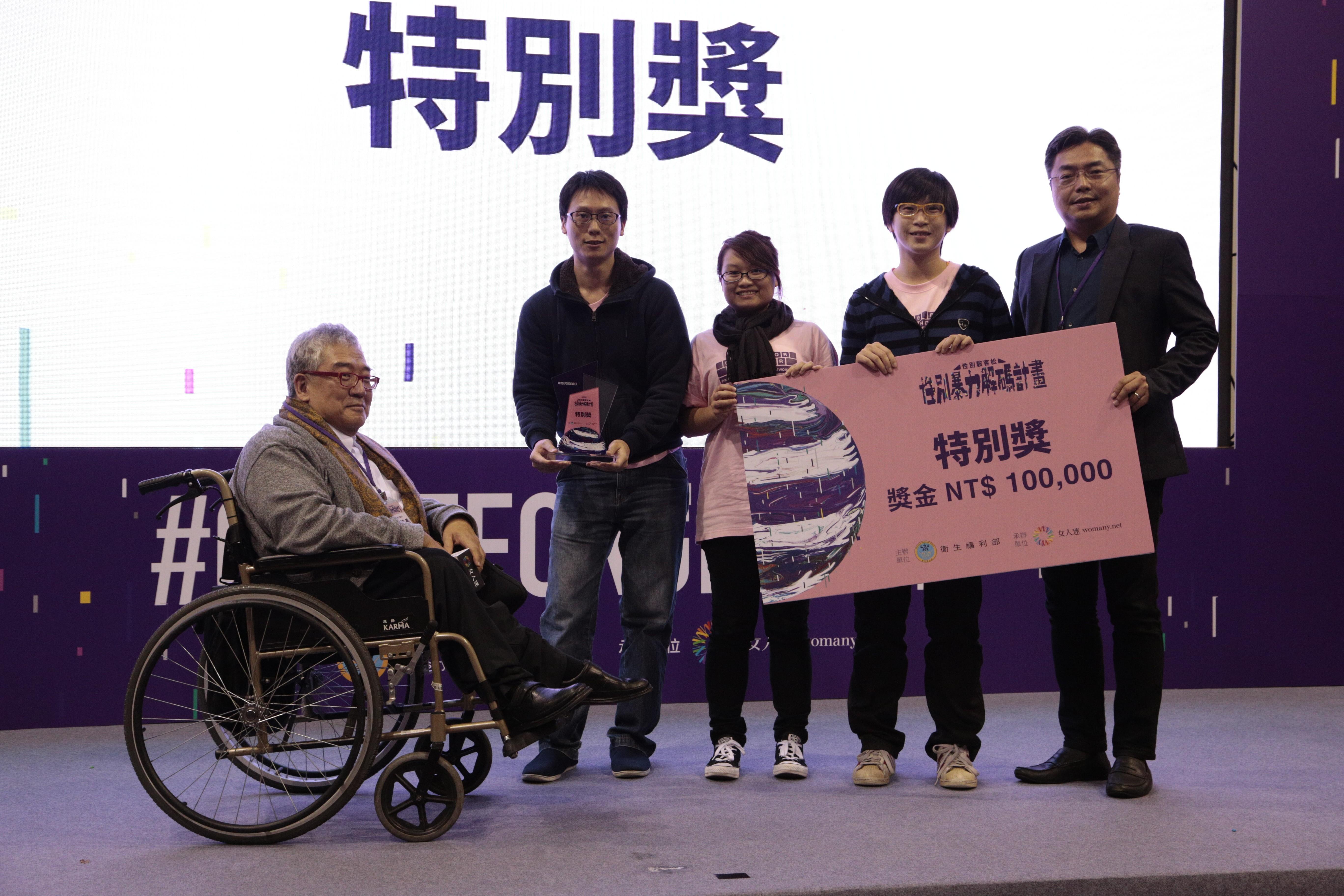 (左一)大塊文化郝明義董事長與 (右一)微軟公共暨法律事務部施立成總經理聯手頒發人氣特別獎