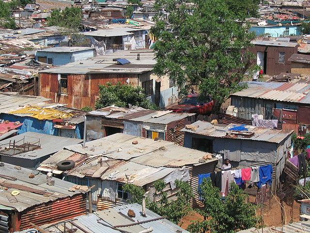 十九世紀英國軍隊用波紋鐵皮製作活動住屋,將之傳播到世界各地。它也是澳洲、紐西蘭與美洲的白人移民社區用來建造屋頂與牆壁的關鍵材料。波紋鐵皮便宜、重量輕、容易使用且壽命很長,成為貧窮世界到處可見的材料。圖片來源:Matt-80@wiki